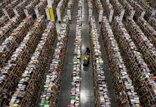 Una bodega de Amazon en Phoenix, EEUU, nov 22, 2013. Los inventarios mayoristas de Estados Unidos se mantuvieron sin cambios en julio, dado que reportes previos de las existencias y las ventas bajaron, lo que sugiere un limitado impulso al crecimiento económico para el tercer trimestre.   REUTERS/Ralph D. Freso/File Photo