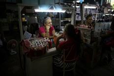 La manicurista Rosa Natacha espera por clientes mientras habla con sus hijas en Holguín, Cuba. 11 de junio de 2016. Los visitantes estadounidenses con sus dólares en mano están fluyendo hacia La Habana, con las líneas aéreas y los hoteles aprovechando el deshielo de las relaciones entre los ex enemigos de la Guerra Fría, pero en las provincias fuera de la capital cubana el prometido auge del turismo es más rumor que un hecho. REUTERS/Alexandre Meneghini