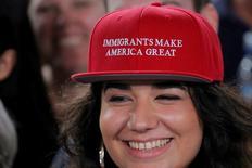 """En la imagen, Ana Gómez lleva una gorra que dice """"Los inmigrantes hacen grande a EEUU"""", en un mitin de Hillary Clinton en la Universidad de South Florida en Tampa, Florida, 6 de septiembre de 2016.  REUTERS/Brian Snyder"""