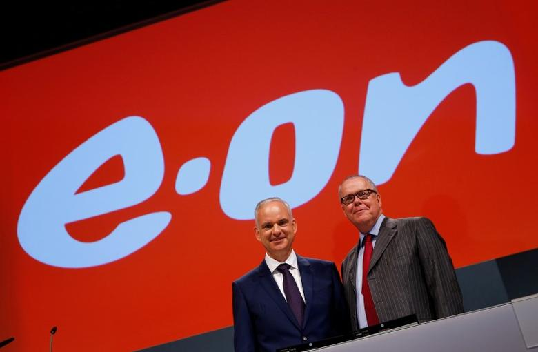 E.ON Chief Executive Johannes Teyssen and Klaus Schaefer, CEO of German energy utility company Uniper SE (R) pose for a picture prior to the annual shareholders meeting of EON in Essen, Germany, June 8, 2016.    REUTERS/Wolfgang Rattay