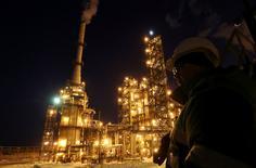 Un trabajador en una refinería de crudo de la rusa Bashneft-Ufanektekhim, en Ufa, Rusia. 29 de enero de 2015. La producción de crudo de Rusia subiría un 2,2 por ciento este año y superaría las proyecciones hasta alcanzar un máximo de casi 30 años de 546-547 millones de toneladas, debido a un alza constante del bombeo de las empresas, dijeron el lunes dos fuentes cercanas al Ministerio de Energía. REUTERS/Sergei Karpukhin/File Photo