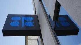 El logo de la OPEP fotografiado en su sede en Viena, Austria. 21 de marzo de 2016. La OPEP elevó el pronóstico de suministros de petróleo de los países fuera del grupo en 2017, al tiempo que nuevos yacimientos inician operaciones y las perforadoras de esquisto en Estados Unidos muestran mayor resistencia a la caída del crudo, lo que apuntaría a un mayor superávit en el mercado el próximo año. REUTERS/Leonhard Foeger