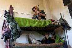 Повстанцы отдыхают на двухярусной кровати в селении Хубата аль-Хасаб под городом Эль-Кунейтра в Сирии 11 сентября 2016 года. Прекращение огня в Сирии вступило в силу в понедельник вечером, став второй в этом году попыткой Вашингтона и Москвы остановить длящуюся пять лет гражданскую войну. REUTERS/Alaa Al-Faqir