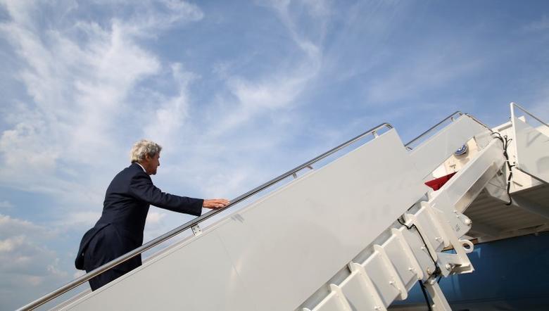 U.S. Secretary of State John Kerry boards his plane as he departs Washington, U.S., on his way to Geneva, Switzerland, September 8, 2016.  REUTERS/Kevin Lamarque