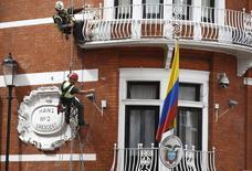 Trabajadores, en frente de la embajada de Ecuador en Londres. 11 de agosto de 2016. La fiscalía ecuatoriana anunció el lunes que interrogará al fundador de WikiLeaks, Julian Assange, el próximo 17 de octubre en la embajada del país en Londres, donde el experto en informática ha estado asilado por más de cuatro años. REUTERS/Peter Nicholls