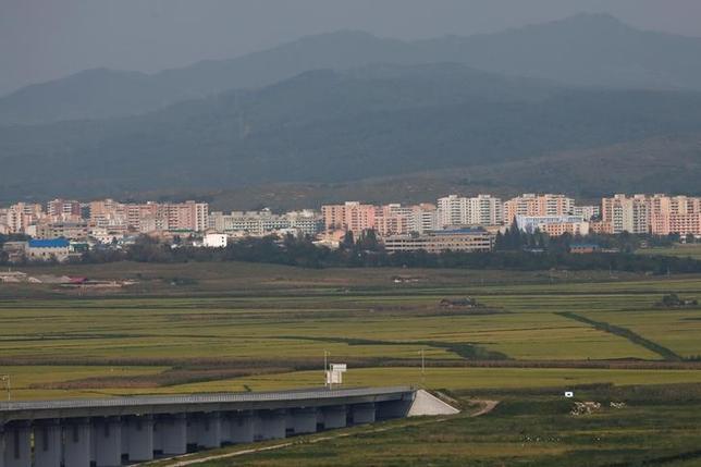 9月13日、韓国の原子力安全委員会は、北朝鮮が9日実施した5回目の核実験後に採取した大気サンプルから放射能汚染物質は検出されなかったと明らかにした。写真は丹東の新開発区で11日撮影(2016年 ロイター/Thomas Peter)