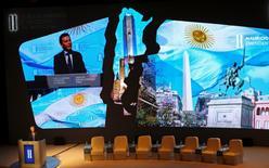El presidente argentino, Mauricio Macri, habla durante la sesión de apertura del Foro de Inversión y Negocios de Argentina, en Buenos Aires. 13 de septiembre de 2016. El Gobierno de Argentina apuesta a una conferencia que reunirá entre el martes y el jueves a cerca de 2.000 líderes empresarios para atraer las inversiones que necesita para poner en marcha una economía en recesión y con una elevada tasa de inflación. REUTERS/Marcos Brindicci