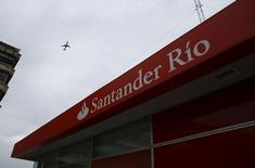 Una sucursal del Banco Santander Río en Buenos Aires, ene 29, 2016. El Banco Santander Río se habría adjudicado las carteras minoristas de Citibank en Argentina, según informó el martes un medio local. REUTERS/Enrique Marcarian