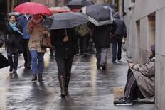 Un indigente pide limosnas a los peatones en una calle de Nueva York, en Estados Unidos. 14 de marzo de 2016. El ingreso familiar medio en Estados Unidos subió el año pasado, por primera vez de manera significativa desde 2007, y ayudó a reducir la cantidad de personas que viven en la pobreza a 43,1 millones, mostraron el martes datos del Gobierno federal. REUTERS/Lucas Jackson