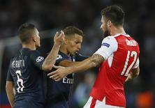 Marquinhos empurra Giroud em jogo do PSG contra o Arsenal.  13/9/16. Reuters / Gonzalo Fuentes
