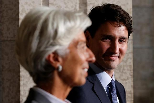 9月13日、IMFのラガルド専務理事(写真左)は、カナダが金融、財政、構造の3本柱のアプローチで景気を下支えしていることを高く評価し、諸外国に対して基準を設けることで世界経済の回復プロセスを主導することが可能との見解を示した。写真右はカナダ・トルドー首相。カナダ・オタワで撮影(2016年 ロイター/Chris Wattie)