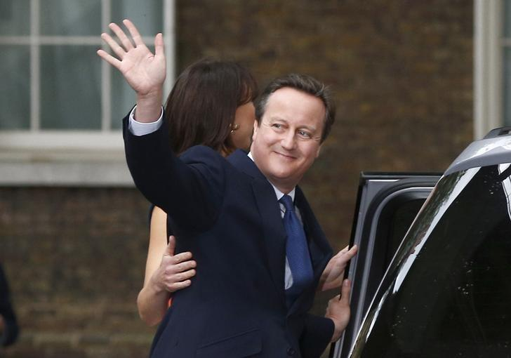Britain's outgoing Prime Minister, David Cameron with his wife Samantha, waves in front of number 10 Downing Street, on his last day in office as Prime Minister, in central London, Britain July 13, 2016.     REUTERS/Peter Nicholls/File Photo