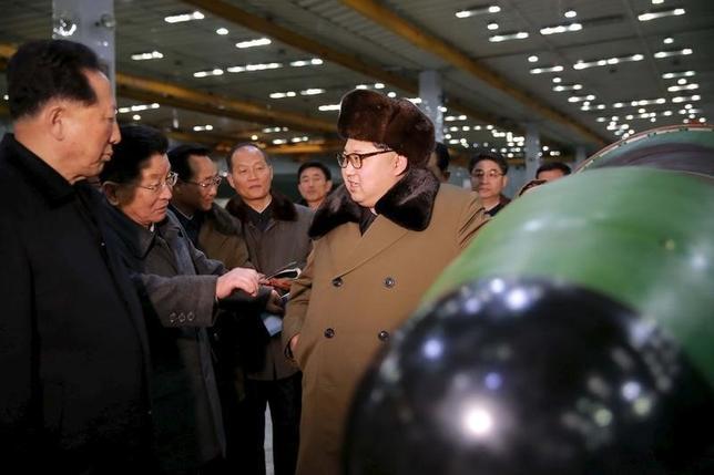 9月14日、専門家の分析によると、北朝鮮は年内に約20発の核爆弾を製造するのに十分な核物質を確保できる見通し。年間では6発前後の核爆弾を製造する能力を保有するという。核兵器専門の科学者および技師らと会合中の金正恩朝鮮労働党書記。3月KCNA提供写真(2016年 ロイター)