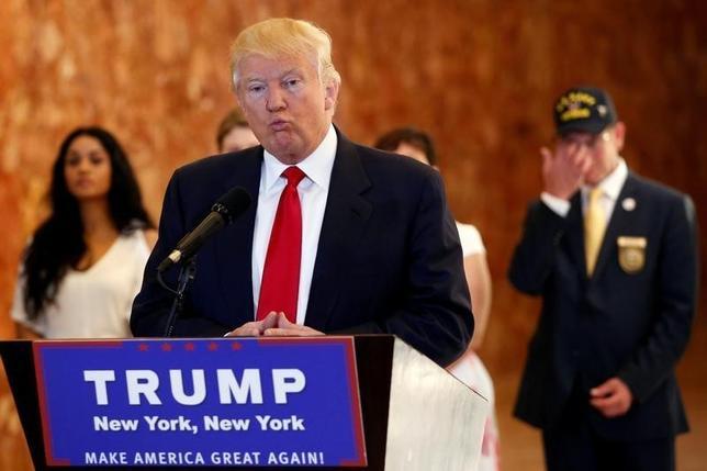 9月13日、米ニューヨーク州のシュナイダーマン司法長官は、大統領選の共和党候補ドナルド・トランプ氏が運営に関わっている慈善団体「トランプ財団」について、非営利団体に関する州法に順守しているかどうか調査に着手したことを明らかにした。マンハッタン・トランプタワーで退役軍人への支援金について記者発表中のトランプ氏(2016年 ロイター/Lucas Jackson)