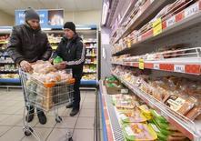 Покупатели в магазине Дикси в Москве. 1 декабря 2015 года. Инфляция в России к концу 2016 года замедлится до 5,7 процента, сказал замминистра финансов Максим Орешкин. REUTERS/Sergei Karpukhin