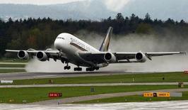 Singapore Airlines ne prolongera pas la location de son premier Airbus A380 lorsqu'elle arrivera à terme l'an prochain, nouveau coup dur pour l'avionneur européen qui veut augmenter les ventes de son très gros porteur. /Photo prise le 14 avril 2016/REUTERS/Arnd Wiegmann