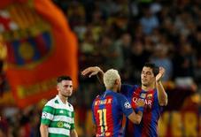 Luis Suárez e Neymar comemorando gol na partida contra o Celtic, pela Liga dos Campeões.   13/09/2016 Reuters / Albert Gea Livepic