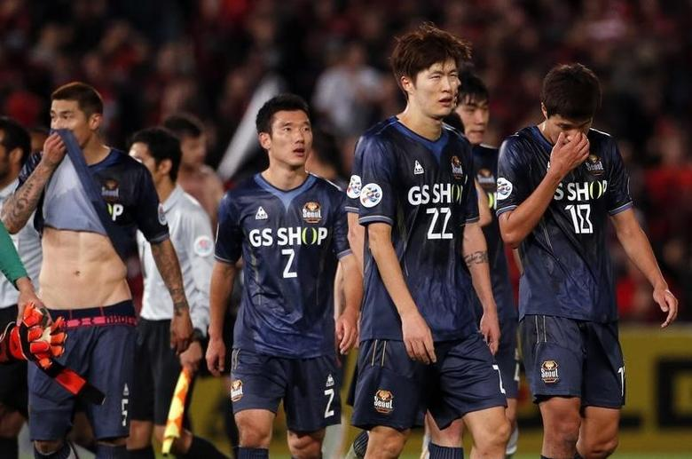 FC Seoul players react after losing their Asian Champions League soccer semi-final game against the Western Sydney Wanderers at Parramatta Stadium October 1, 2014.     REUTERS/David Gray
