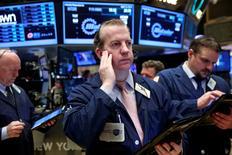 Трейдеры на Уолл-стрит. Индексы США выросли в начале торгов среды благодаря подъему технологического сектора во главе с Apple.  REUTERS/Lucas Jackson