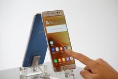 Un teléfono Galaxy Note 7 en una tienda de Samsung Electronics en Seúl, sep 2, 2016. El regulador de calidad de China dijo el miércoles que una unidad local de Samsung Electronics Co Ltd llamará a revisión 1.858 unidades de su Galaxy Note 7, después de que se encontrara que algunos teléfonos móviles de la firma surcoreana tenían baterías que podían incendiarse.   REUTERS/Kim Hong-Ji/File Photo