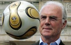 FILE PHOTO: Franz Beckenbauer, President of Germany's World Cup organising committee, plays with a golden soccer ball during a presentation next to the Brandenburg gate in Berlin April 18, 2006.      REUTERS/Tobias Schwarz/File Photo