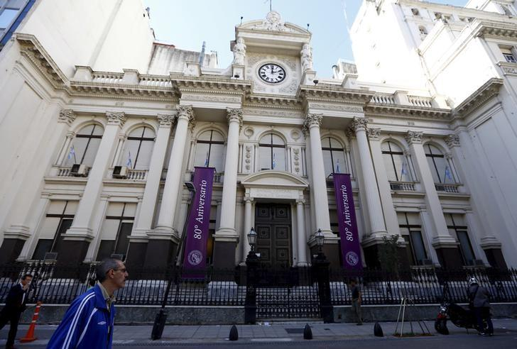 Pedestrians walk past by the Banco Central in Buenos Aires, Argentina, April 21, 2016. REUTERS/Enrique Marcarian