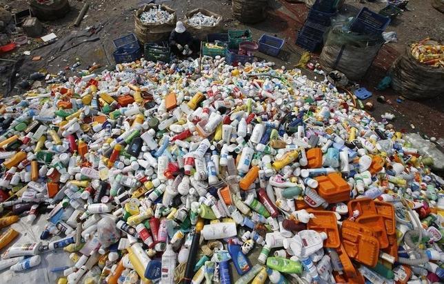 9月14日、中国国家発展改革委員会の当局者は、2016年の再生可能エネルギー事業者に交付する補助金が、600億元(90億ドル)不足する可能性があると明らかにした。写真のプラスチック製ボトルの山は、2013年4月北京郊外の再生ごみセンターで撮影(2016年 ロイター/Kim Kyung-Hoon)