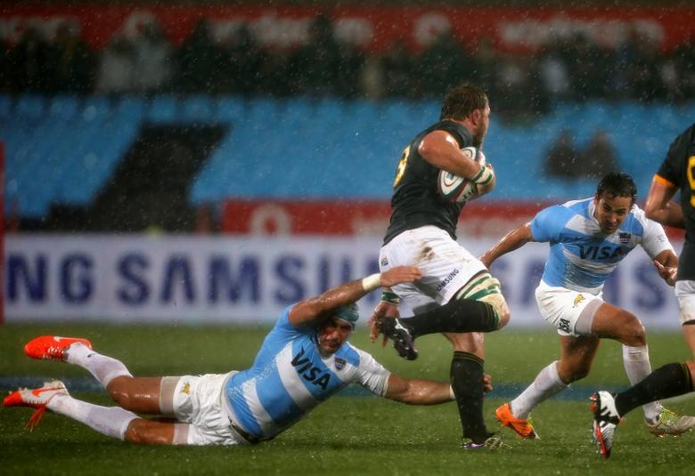 Argentina's Juan Manuel Leguizamon (L) and his teammate Nicolas Sanchez are challenged by South Africa's Duane Vermeulen (C) during their Rugby Championship match at Loftus Versfeld stadium in Pretoria August 16, 2014. REUTERS/Siphiwe Sibeko