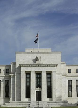 9月15日、世界の国債市場が、不安定化している。日米欧の金融政策が転換点を迎えているのと見方が台頭。短期筋だけでなく、長期投資家も、これまでの長期金利低下が止まり、反転するのではないかと「潮目」の変化を感じ取り始めている。写真はワシントンの米連邦準備理事会(FRB)の建物。2914年10月撮影(2016年 ロイター/Gary Cameron)
