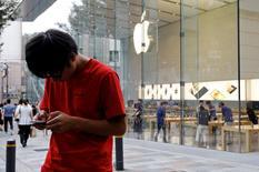 Apple, à suivre jeudi à la Bourse de New York, annonce que les stocks initiaux de l'iPhone 7 Plus disponibles avant le lancement commercial, vendredi, de la dernière version du produit phare du groupe sont épuisés partout dans le monde. L'action gagne 1,3% à 113,25 dollars en avant-Bourse. /Photo prise le 15 septembre 2016/REUTERS/Toru Hanai