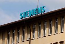 El logo de Siemens visto en su oficina en Zug, Suiza. 20 de agosto de 2016.  La alemana Siemens firmó el miércoles un memorando de entendimiento con Argentina para intensificar la cooperación con proyectos valorados en hasta 5.000 millones de euros para el desarrollo de infraestructura y otros rubros relacionados con la urbanización, dijo el presidente ejecutivo de la compañía. REUTERS/Arnd Wiegmann  - RTX2NRKD