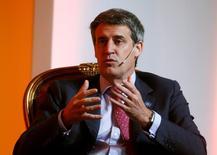 El Ministro de Hacienda de Argentina, Alfonso Prat-Gay, en una reunión con empresarios en Buenos Aires, ago 10, 2016. El Gobierno de Argentina estima que reducirá el déficit fiscal a un 4,2 por ciento sobre su Producto Interno Bruto (PIB) en 2017, por encima del 3,3 por ciento previsto inicialmente, dijo el jueves el Ministro de Hacienda, Alfonso Prat-Gay, en la presentación del proyecto de presupuesto para el año próximo.   REUTERS/Enrique Marcarian