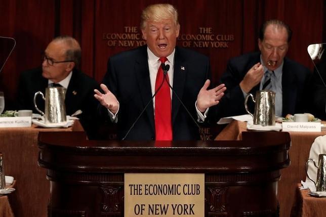 9月15日、米大統領選の共和党候補ドナルド・トランプ氏は、自身が掲げる減税や規制撤廃、通商政策の見直しにより、年間4%の成長率の実現を目指す考えを示した。写真は15日、ニューヨークで講演するトランプ氏(2016年 ロイター/Mike Segar)