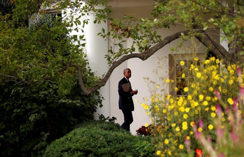 U.S. President Barack Obama walks back to the Oval Office upon his return to the White House in Washington, D.C., U.S., September 15, 2016. REUTERS/Kevin Lamarque
