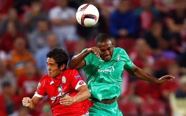 9月15日、サッカーの欧州リーグは1次リーグが開幕し、日本人選手は武藤嘉紀(写真左)らが先発出場を果たした(2016年 ロイター/Ralph Orlowski)
