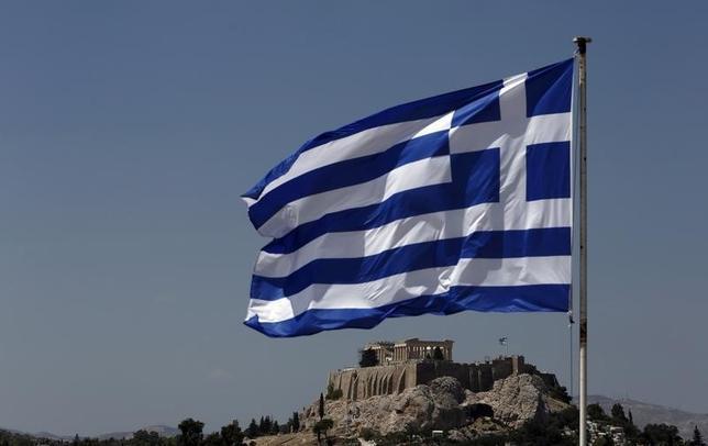 9月15日、ギリシャ国有資産の売却を担当する国有資産開発基金(HRADF)の当局者は15日、幹線道路の長期リース入札を実施すると明らかにした。写真はギリシャ国旗。アテネで2013年8月撮影(2016年 ロイター/John Kolesidis)