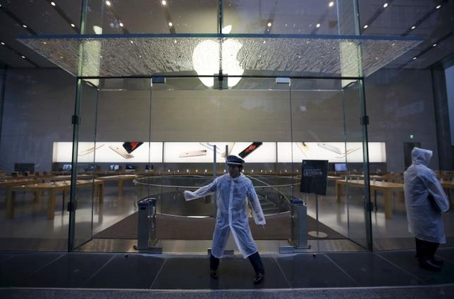 Security officers stand guard before the opening hours of the Apple Store at Tokyo's Omotesando shopping district September 25, 2015. REUTERS/Issei Kato