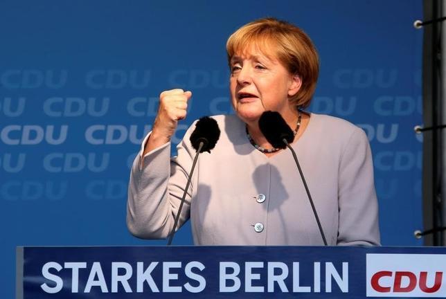 9月15日、18日にベルリン州(特別市)議会選挙が行われる。メルケル首相の寛容な難民政策に対する不満が高まるなか、首相率いるキリスト教民主同盟(CDU)は厳しい戦いが予想されている。写真は14日、ベルリンで選挙演説をするメルケル首相(2016年 ロイター/Fabrizio Bensch)