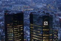 Штаб-квартира Deutsche Bank во Франкфурте-на-Майне 26 января 2016 года. Минюст США предлагает Deutsche Bank уплатить $14 миллиардов за урегулирование претензий, всплывших в ходе расследования операций с ипотечными бумагами, сообщил в пятницу ведущий немецкий кредитор. REUTERS/Kai Pfaffenbach/File Photo