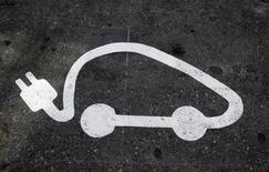 Les Français intéressés par l'acquisition d'une voiture électrique souhaitent à une très large majorité une autonomie de plus de 300 kilomètres, supérieure à celle de la plupart des modèles actuellement sur le marché. Malgré une forte hausse des ventes de véhicules électriques au premier semestre en France, les freins au développement de cette technologie, qui ne pèse que 1% du marché, restent tenaces. /Photo d'archives/REUTERS/Eric Gaillard