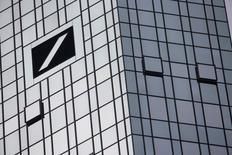 Las bolsas europeas bajaban en la apertura del viernes, y se encaminaban a su segunda semana consecutiva de caídas, con Deutsche Bank <DBKGn.DE> cayendo tras decir que el Gobierno de Estados Unidos le pide pagar una enorme cantidad de dinero para zanjar un caso sobre hipotecas. En la imagen de archivo, la sede de Deutsche Bank en Fráncfort, el 29 de octubre de 2015. REUTERS/Kai Pfaffenbach
