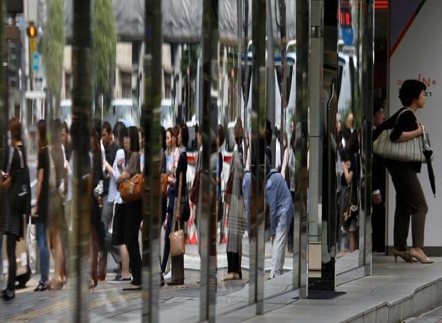 9月16日、政府は、9月の月例経済報告で、停滞していた個人消費の判断を2015年5月以来16カ月ぶりに引き上げた。写真は都内で6月撮影(2016年 ロイター/Toru Hanai)