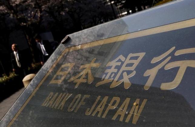 9月16日、生命保険協会の根岸秋男会長(明治安田生命保険社長)は会見で、日銀の量的緩和で市場に流通する国債が少なくなっているなかでは、買い入れ額を減らしても緩和の後退を意味しないと述べた。写真は都内で3月撮影(2016年 ロイター/Yuya Shino)
