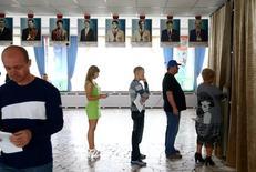 Люди на участке для голосования в Минске 11 сентября 2016 года.  Первое с конца прошлого века появление двух оппозиционеров в парламенте Белоруссии рассорило критиков президента Александра Лукашенко, но в будущем может помочь разрозненной оппозиции вернуться в политику. REUTERS/Vasily Fedosenko
