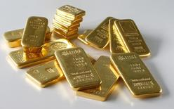 Barras de oro en una ilustración fotográfica realizada en Zúrich, nov 20, 2014. Las inversiones en materias primas alcanzaron su mayor nivel histórico entre enero y agosto, frente al mismo periodo de años anteriores, mientras que los activos globales de materias primas bajo gestión (AUM) llegaron a 235.000 millones de dólares el mes pasado, dijo Barclays en un reporte mensual.   REUTERS/Arnd Wiegmann