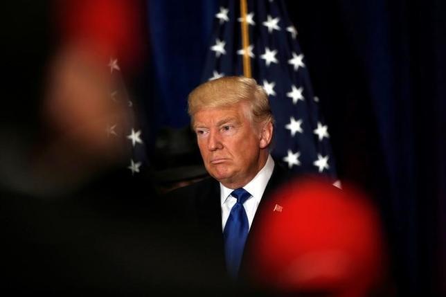 9月16日、米大統領選の共和党候補ドナルド・トランプ氏は、オバマ米大統領の出生地は米国と初めて認めた。記者団の質問を受ける同氏。(2016年 ロイター/Mike Segar )