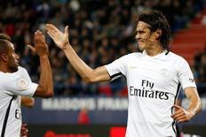 Cavani comemora com Lucas gol do Paris Saint Germain em Caen.  16/09/16.   REUTERS/Charles Platiau