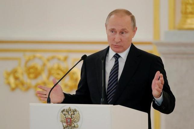 9月16日、世界反ドーピング機関がサイバー組織のハッキングを受け、インターネット上に選手の医療情報が流出した問題について、ロシアのプーチン大統領(写真)は「多くの疑問が浮上した」と述べた。モスクワで8月撮影(2016年 ロイター/Maxim Shemetov)