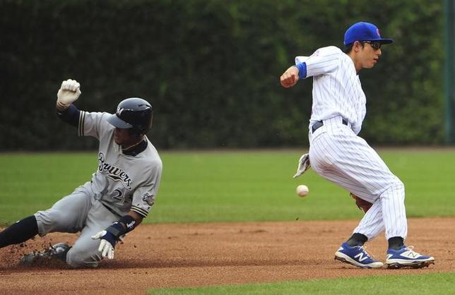 9月16日、MLBカブスの川崎宗則内野手(右)は、地元でのブルワーズ戦に8番・二塁で先発出場し、2打数1安打、1四球、1死球を記録した(2016年 ロイター/David Banks-USA TODAY Sports)