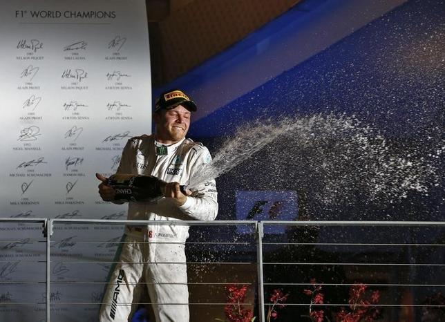 9月18日、自動車レースF1の今季第15戦、シンガポールGP決勝、ニコ・ロズベルク(写真)が自身200戦目のレースで今季8勝目を挙げ、3位だったルイス・ハミルトンをかわして個人総合首位に立った(2016年 ロイター/Jeremy Lee)